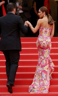 Один шаг за один раз: красота осторожно поднялись на знаменитую действия с ее развевающейся поезд скользя за ней