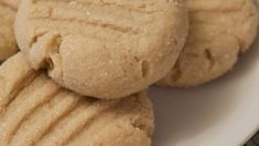 Use real maple syrup and this recipe to achieve rich and golden cookies with a rich maple flavor. Maple Syrup Cookies, Maple Leaf Cookies, Sugar Cookies, Maple Syrup Recipes, Real Maple Syrup, Cookie Recipes, Dessert Recipes, Dishes Recipes, Cookie Desserts