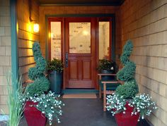 One way to beautify the entrance of your home is to place some flower pots close to the door. Here are several front door flower pots to inspire you. Best Front Doors, Front Door Entrance, Front Entrances, Front Entry, Door Entryway, Small Entrance, Front Porch Flowers, Front Door Planters, Welcome Flowers