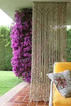 Macrame cortinas need this to block our city weekend neighbors. Macrame Projects, Diy Projects, Diy Deco Rangement, Macrame Curtain, Beaded Curtains Doorway, Micro Macramé, Ideias Diy, Macrame Knots, Macrame Jewelry