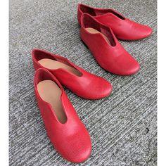 2020年限定カラー『Red』登場です!  元気に一歩を踏み出せそうな『Red』。 挿し色としても、とてもかわいいです。 ソールをブラウンにすることで「大人感」を演出しております。  甲高、幅広、外反母趾...。 靴に対するお悩みが多いことをお客様から多数お伺いし、 牛革に比べると非常に柔らかく、足に吸い付くような肌触りの ゴートレザー(ヤギ革)やキップレザー(2歳までの牛革)を選び、使用しております。  数回履いていただくと、ご自身の足のカタチにフィットしていきます。 ワイズ(くつの幅)は日本人の平均的なDワイズの木型を使用しています。  日本製  表革 キップレザー(牛革) 裏革 キップレザー(牛革) 底  合成ゴム  ※写真のサイズは22.0cmと24.0cm 着画は23.5cmになります。 ※モニターの設定状況によって実際の商品と若干色が異なる場合がございます。  #ぺたんこ靴 #バレエシューズ #フラットシューズ #unjour #UnJour #スリッポン #スリッポンシューズ #レディースファッション #くつ #靴 #本革靴 Flats, Shoes, Fashion, Loafers & Slip Ons, Moda, Zapatos, Shoes Outlet, Fashion Styles, Shoe