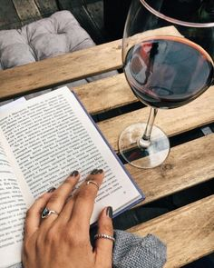 It's never a bad time for wine 🍷 #wine #winelovers #flatlay #vyeeyewear #reading #book #mani #midirings #vacation