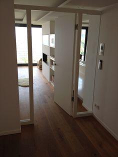 Luftig-helle Zimmertür, angepasst an das bestehende Raumdesign. Selbst gefertigte Röhrenspankerntür mit MDF-Deck, 3-seitig im Rahmen gefasste Glaselemente, weiß lackiert.