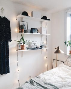 Simple bedroom - home design inspiration Bedroom Shelf Design, Shelves In Bedroom, Wall Shelves, Shelving Display, Home Bedroom, Bedroom Decor, Bedroom Fun, Fairylights Bedroom, Home Interior