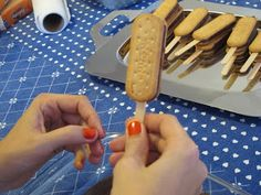 Pirulito de Biscoito Maizena Cooking With Kids, Easy Cooking, Cooking Time, Sweet Recipes, Snack Recipes, Minnie Y Mickey Mouse, Cookie Pops, Chocolate Covered Pretzels, Homemade Christmas Gifts