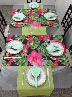 Conjunto Tête-à-tête para inovar e deixar sua mesa mais alegre. Feito com tecido importado e 100% algodão, ideal para uma mesa de seis lugares. Os caminhos de mesa com flor, são peças únicas. O conjunto é composto de: - 2 trilhos estampa de flor na medida 180x52cm, preço unitário: R$27,76; - 1 ...