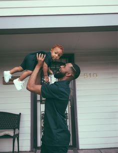Discovered by Zoé. Find images and videos on We Heart It - the app to get lost in what you love. Cute Family, Baby Family, Family Goals, Couple Goals, Black Fathers, Fathers Love, Beautiful Children, Beautiful Babies, Cute Babies