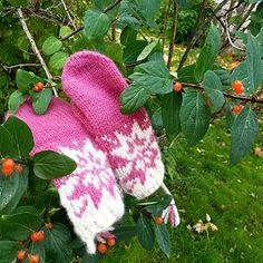 Ravelry: Oktoberstjerne votter pattern by MaBe Fingerless Gloves, Pixel Art, Arm Warmers, Ravelry, Pattern, Fingerless Mitts, Patterns, Fingerless Mittens, Model