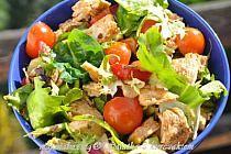 Składniki:  mix sałat  pierś z kurczaka pomidorki koktajlowe papryka czerwona sól, pieprz oliwa ocet balsamiczny przyprawa do gyrosa lub do kuchni włoskiej lub świeże zioła (czasem dodaję świeżą bazylię, tymianek)