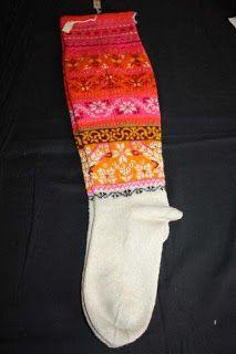 GEBREIDESJAALS: Borduurwerk uit Estland, van Muhu eiland,bruidsriemen, sokken en kleding.