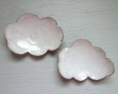 Cet amusant petit repose-cuillère est en forme sous la forme d'un nuage blanc moelleux. J'utilise le mien sur mon bureau comme un endroit pour mettre mon sachet de thé quand je suis fini. Il fait également un doux petit endroit pour se reposer votre cuillère après brasser votre café. Il pourrait également être utilisé dans la présentation de sushi. Ce petit nuage est construit d'une dalle de grès et émaillée avec un glaçage blanc grisâtre lisse à la main. longueur - 4 pouces aliments san...