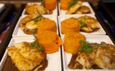 Para jantar, peito de frango crocante com molho de alecrim e juliana de cenoura...