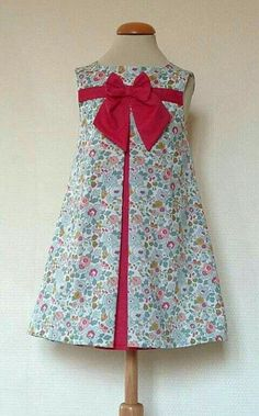 Contrasting inset pleats with piping and a single bow Frocks For Girls, Kids Frocks, Little Dresses, Little Girl Dresses, Cute Dresses, Girls Dresses, Toddler Dress, Baby Dress, African Fashion