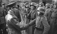 Auszeichnung des Hitlerjungen Willi Hübner. Joseph Goebbels gratuliert minderjährigem Kämpfer. 09/Março/1945. # Lauban.