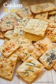 Questi cracker fatti con farina integrale e farina di ceci, sono sottili e croccanti come le patatine. Ideali a pasto, come sostituto del pane, ma anche per uno spuntino leggero o un'aperitivo, accompagnati da salsine sfiziose (salsa guacamole, tzaziki, salsa al pomodoro...). La ricetta è di Claudia, dal suo blog My ricettarium. La ricetta è molto semplice, non ho avuto alcuna difficoltà a farla. Nell'impasto non ho modificato gli ingredienti. Ho usato il vino bianco e non ...