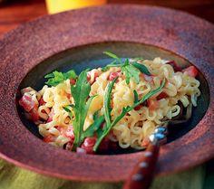 Macarrão tipo lamen com requeijão, tomate e bacon http://revistacasaejardim.globo.com/Casa-e-Comida/Receitas/Pratos-principais/Massa-e-risoto/noticia/2013/06/macarrao-com-requeijao-tomate-e-bacon.html