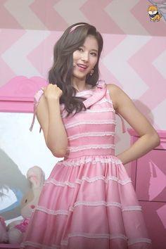 Mama Awards, Twice Sana, Stage Outfits, Latest Pics, Pink Aesthetic, Nayeon, Kpop Girls, Beauty Women, Flower Girl Dresses