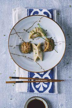 Sono teneri, gustosi e stanno letteralmente spopolando per la loro bontà: prova i dumpling, buonissimi ravioli cinesi da accompagnare con salsa di soia!