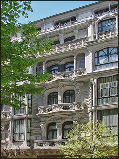 Casa Montero. Única mostra de modernisme a Bilbao destinada a ús residencial d'habitatges. És una fita singular en l'inici del desenvolupament de l'Eixample al començament del s.XX. Coneguda popularment com la 'casa de Gaudí' per la seva inconfusible aparença. Es disposa en planta baixa, a manera de sòcol habilitat per a locals comercials, i quatre pisos, més un cinquè reculat, dedicats a habitatges. Un minuciós procés de restauració ha permès recuperar l'originalitat de la seva façana.