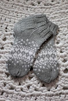 Harmaat kirjoneulevillasukat Crochet Socks, Knitted Slippers, Slipper Socks, Knit Or Crochet, Knitting Socks, Knitting Paterns, Knitting Projects, Cool Socks, Yarn Crafts