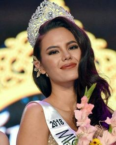 Miss World Philippines 2016 and the newly-crowned Miss Universe Miss Universe Philippines, Miss Philippines, Pageant Hair, Beauty Pageant, Pageant Gowns, Miss Universe Crown, Miss Mundo, Alena Shishkova, Pearl Hair Pins