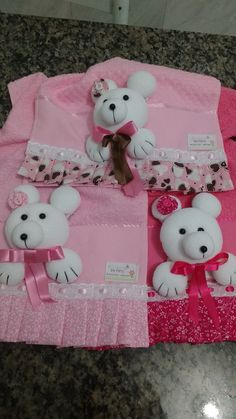 Toalhinha para bebê com aplicação de urso em 3D.  A escolha das cores da toalhinha e do urso fica a critério do comprador. O ursinho com velcro,sai pra lavar a toalhinha.