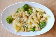 Taste me! Eat me!: Pasta z brokułami i oliwkami, posypana mielonymi m. Cauliflower, Pasta, Vegetables, Food, Cauliflowers, Essen, Vegetable Recipes, Meals, Cucumber