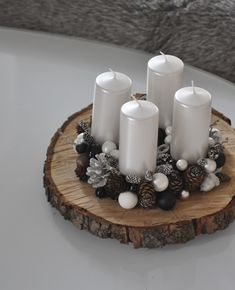 Adventní Black§White Adventní dekorace se čtyřmi svíčkami, průměr cca 29 cm - výška 16 cm - na přání. Christmas Advent Wreath, Christmas Craft Fair, Christmas Table Decorations, Christmas Candles, Christmas Projects, Winter Christmas, All Things Christmas, Christmas Home, Deco Table Noel