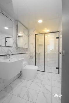 샤워부스 파티션이 시공 설치된 예쁜 욕실 인테리어안녕하세요 홈데코 인테리어입니다 오늘 소개해드릴 샤... Toilet Design, Bath Design, Small Toilet, Room Tiles, Bathroom Countertops, Best Bath, Shower Floor, Black Walls, Bathroom Interior Design