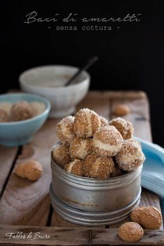 Baci di amaretti caffè e mascarpone Non Bake Desserts, Italian Desserts, Mini Desserts, Italian Recipes, Dessert Recipes, I Love Food, Good Food, Italian Biscuits, Biscotti Cookies