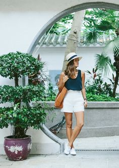 Wardrobe Essentials: the Silk Tank, Beach Outfits, A Pair & A Spare Mode Outfits, Short Outfits, Casual Outfits, Fashion Outfits, Casual Jeans, Jeans Fashion, Cute Summer Outfits, Summer Dresses, White Shorts Outfit Summer