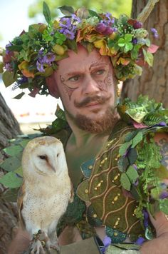 Faerie King and Widget the owl. Renaissance Festival Costumes, Renaissance Fair, Faerie Costume, Festivals Around The World, Midsummer Nights Dream, Fantasy Costumes, Woodland Creatures, Green Man, Medieval Fantasy