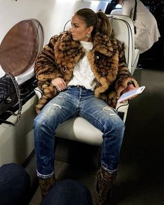 J Lo Fashion, Star Fashion, Fashion Outfits, Fashion 2020, Fashion Ideas, Shearling Coat, Fur Coat, Ripped Jeans, Mom Jeans