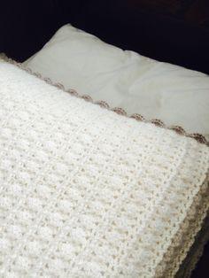 Verdens finest babyteppe ❤️❤️❤️ gratis oppskrift!  #crochet #hekling Knitting Patterns, Crochet Patterns, Baby Barn, Crochet Stitches, Blanket Crochet, Stuff To Do, Fun Stuff, Merino Wool Blanket, Ravelry