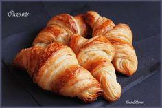 CROISSANTS DE P. CONTICINI (POOLISH : 140 g de farine (T55), 20 g de levure fraîche de boulanger, 130 g de lait demi-écrémé) (PATE : 340 g de farine (T45), 15 g de levure fraîche de boulanger, 8 g de sel fin, 55 g de sucre semoule, 85 g d'eau, 85 g de beurre fondu refroidi) (TOURAGE : 250 g de beurre)