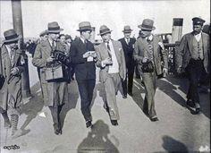 Galata Köprüsü üstünde beyanat almaya çalışan muhabirler. Arkada Şükrü Saracoğlu görünüyor. Sol başta Faik Şenol, yanında Ali Ersan, sağdan ikinci ise Hilmi Şahenk.