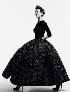 Саския и Кара в рекламной кампании Chanel \ Fashion Photo Вдохновленная французской аристократией 18 столетия круизная колекция Chanel получила рекламную кампанию в соответствующем ключе. Саския де Брау (Saskia de Brauw) и Кара Дельвинь (Cara Delevingne) запросто могли бы сойти за придворных дам Марии Антуанетты.