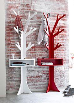 Jetzt anschauen: Ausgefallene Garderobe in Form eines Baumes mit Ablage und offenem Fach. Mit Vorrichtung für die Wandbefestigung. Lieferung erfolgt inkl. Aufbauanleitung, ohne Wandmontage-Material.
