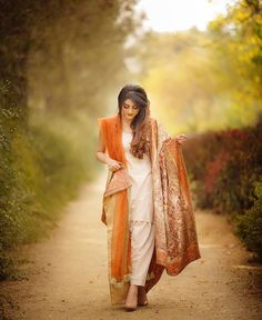 Everybody wants to look beautiful and charming.Here in this article, we will tell you party wear dresses for girls. Pakistani Formal Dresses, Pakistani Outfits, Indian Dresses, Indian Outfits, Pakistani Couture, Pakistani Bridal, Asian Fashion, Girl Fashion, Fast Fashion
