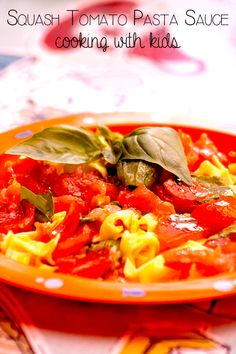 Easy recipe for a summer pasta with squashed tomato sauce ideal for cooking with kids and delicious on a summer evening to enjoy as a family