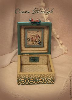 Love the frame inside the lid Diy Altered Books, Altered Cigar Boxes, Cigar Box Projects, Decoupage Box, Craft Bags, Little Boxes, Wooden Crafts, Bottle Art, Keepsake Boxes