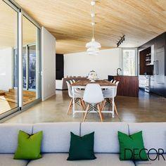 Décor de residência The Nook mescla cores e estilos e recebe revestimento em madeira.