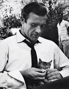 Sean Connery on the set of Dr. No, Jamaica Sean Connery holding a… - Christelle H. - - Sean Connery on the set of Dr. No, Jamaica Sean Connery holding a… Sean Connery on the set of Dr. No, Jamaica Sean Connery holding a… Crazy Cat Lady, Crazy Cats, I Love Cats, Cool Cats, Celebrities With Cats, Celebs, Men With Cats, Animal Gato, Son Chat