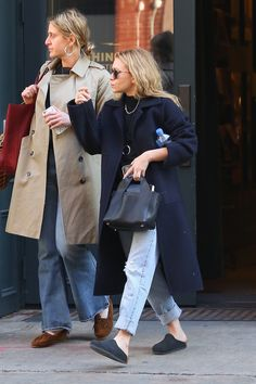 Ashley Olsen in the Birkenstock Clog clogs outfit summer Is the Birkenstock Clog a Thing? Ashley Olsen Tries On the New Ugly-Pretty Shoe clogs outfit winter Clogs Outfit, Birkenstock Outfit, Ashley Olsen Style, Olsen Twins Style, Olsen Fashion, Garance, Mode Inspiration, Look Fashion, Fall Fashion