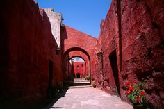 Monasterio, Arequipa, Pérou#Deuxième ville du Pérou, Arequipa est une ville dynamique, moderne et historique (centre classé au Patrimoine mondial de l'Unesco). Située à 2 300 m d'altitude, la ville ne connait pas vraiment de saison froide et compte plus de 300 jours d'ensoleillement par an. Une grande partie d'Arequipa est construite en pierre de lave blanche : on la surnomme « la ville blanche ». Elle se trouve au pied du Misti, gigantesque volcan éteint.#http://urlz.fr/3hIS#walktravel.net