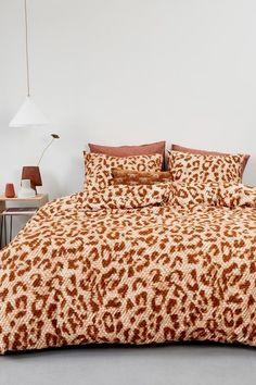 Wakker worden en meteen zin hebben in de dag? Dat kan met dit spannende Beddinghouse Leone dekbedovertrek. Het zachte, onmisbare dekbedovertrek is van 100% flanel en heeft een stoere allover-luipaardprint. Dat is pas een blikvanger in je slaapkamer! #fonQ #fonQnl #slaapkamer #slaapweken #dekbedovertrek #Beddinghouse #slaapkamerideeen #slaapkamerinspiratie #wooninspiratie