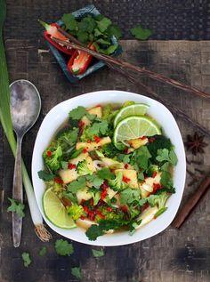 Pho-keitto on kulho täynnä makua – vegaaninen vaihtoehto I Love Food, Good Food, Raw Food Recipes, Healthy Recipes, Healthy Food, Pho, Tofu, Guacamole, Cobb Salad
