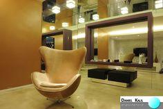 Projeto: Daniel Kalil Arquitetura A poltrona é o centro das atenções e os espelhos brincam com os sentidos, sendo aplicados em uma das paredes, do chão ao teto. A moldura cria um aparador onde estão apoiados alguns objetos decorativos. A cor escolhida chama atenção, e combina com a poltrona e o piso. Decoração irreverente e cheia de estilo. #Estilos #DecoraçãoCombinada #Espelhos #DanielKalilArquitetura #AdornosDecorativos #Sofisticação #Design #Criatividade #ArquiteturaEDesign #Poltrona…