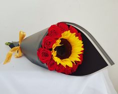 Ramo de rosas rojas con girasol Sunflowers And Roses, Flower Arrangements, Nail Designs, Valentines, Brother, Gifts, Wedding, Craft, Shops
