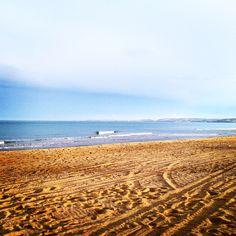 Un pomeriggio d'autunno al mare dopo la pioggia.